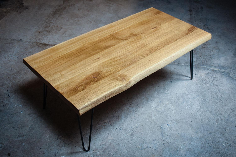 COUCH POTATO, Couchtisch aus Eiche mit Baumkante auf Haarnadelbeinen, Wohnmöbel, Kaffeetisch, Beistelltisch, Desk